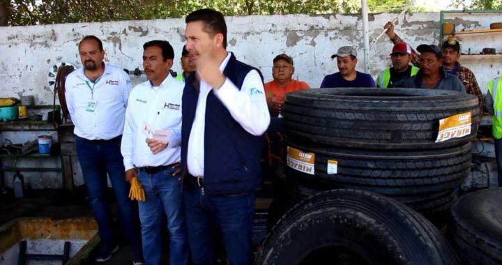 Entrega Servando López 20 llantas para el servicio de recolección de la basura
